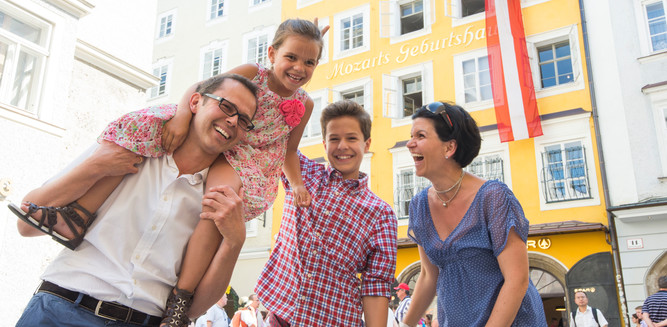 Family infront of Mozart Birthplace in Salzburg | © Tourismus Salzburg