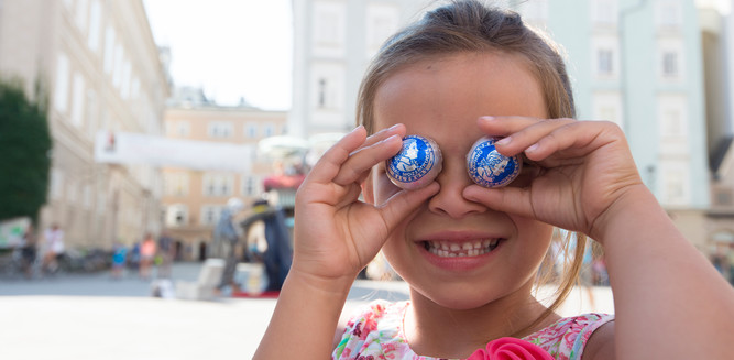 Girl with the original Mozart Balls from Fürst in Salzburg | © Tourismus Salzburg
