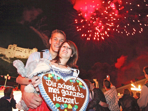Couple at the Rupertikirtag Fair with Fireworks | © TV Salzburger Altstadt / Wildbild