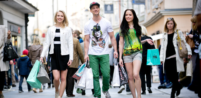 Young people shopping in the Old City of Salzburg | © Altstadt Marketing Salzburg
