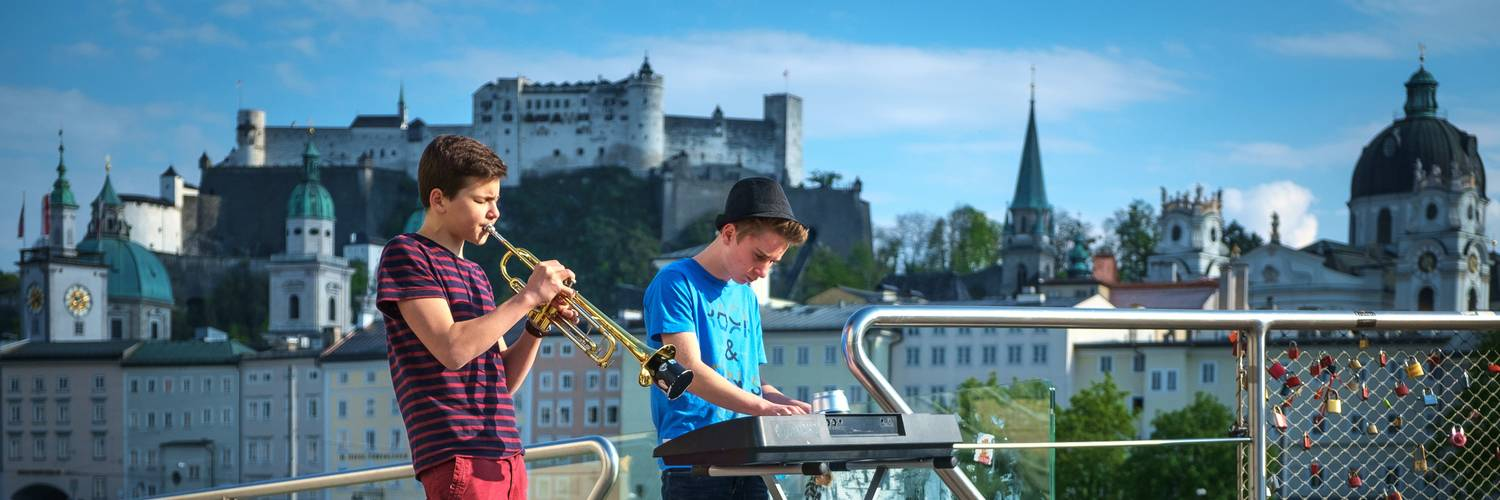 Young musicians on Makartsteg | © Tourismus Salzburg GmbH
