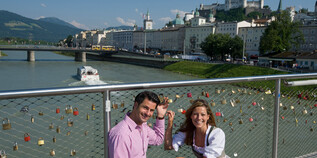 Couple with traditional costumes on the Markatsteg in Salzburg | © Tourismus Salzburg / Bryan Reinhart