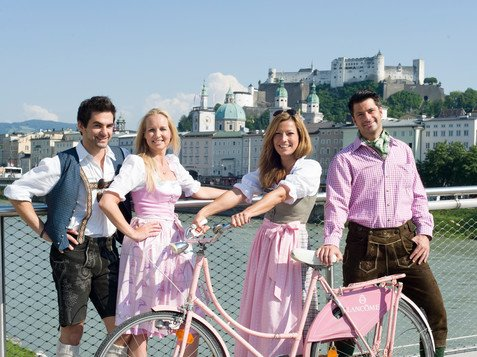 Couples with traditional costumes on the Markatsteg in Salzburg | © Tourismus Salzburg / Bryan Reinhart
