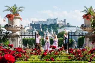 Couple with traditional costumes in the Mirabellgarden in Salzburg | © Tourismus Salzburg / Bryan Reinhart