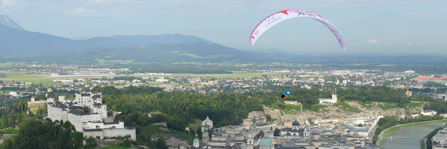 Paragliding above the oldtown of Salzburg with the fortress | © Felix Woelk/Red Bull Photofiles