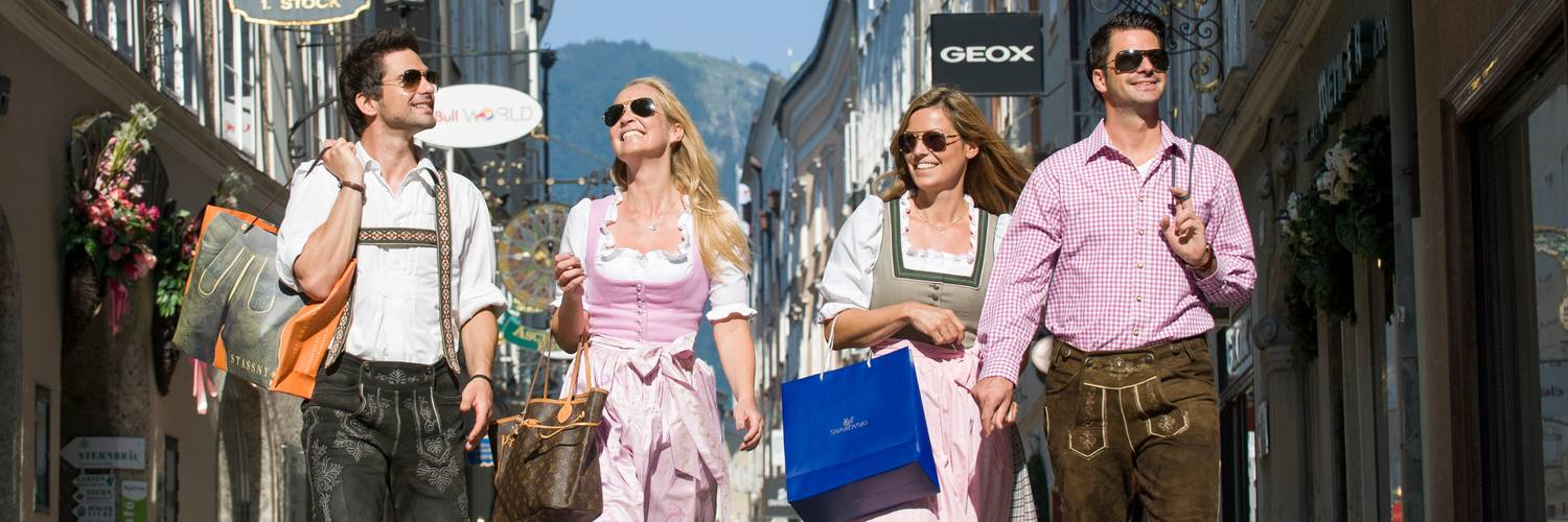 Shopping in the Getreidegasse wearing Dirndl & Lederhose | © Tourismus Salzburg / Günter Breitegger