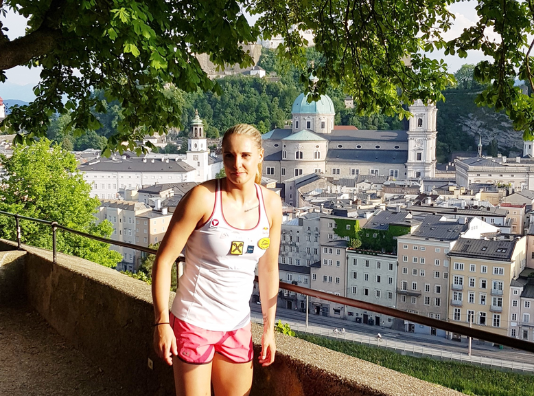 Alisa Buchinger and the old town of Salzburg in the back | © Tourismus Salzburg GmbH