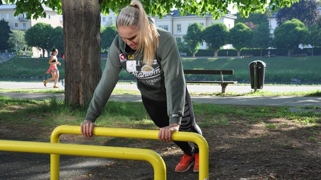Alisa Buchinger at the outdoor gym near the river Salzach | © Tourismus Salzburg GmbH