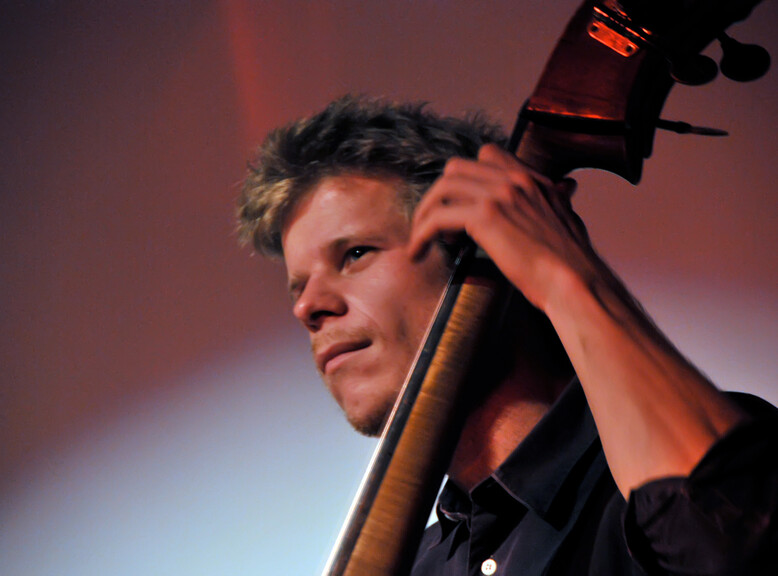 Gernot Haslauer plays the double bass | © Gernot Haslauer
