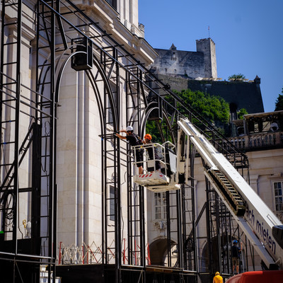Construction of the Jedermann stage at Salzburg Cathedral Square | © knauseders.at