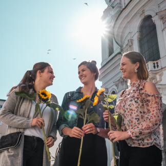 Friends with sunflowers at Grünmarkt in Salzburg | © Tourismus Salzburg