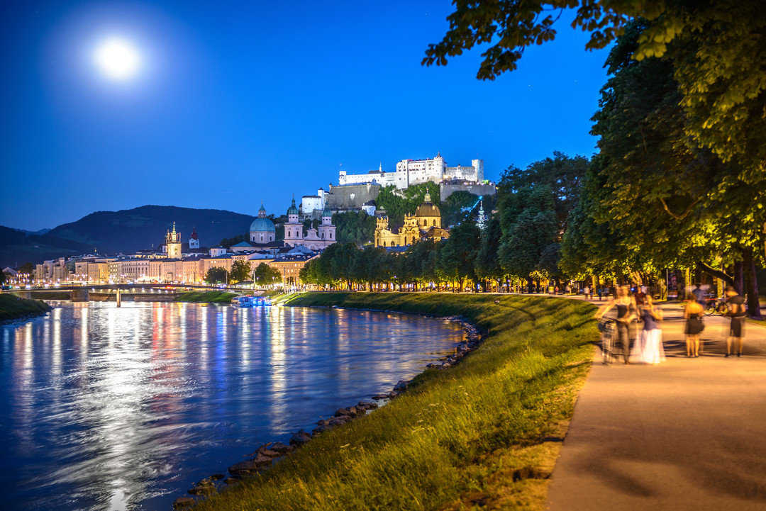 Franz-Josef-Kai in Salzburg at night with full moon and view to fortress Hohensalzburg | © Tourismus Salzburg, Foto: Breitegger Günter