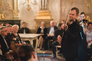 Violinist at the Marmorsaal of Mirabell Castle with audience | © Salzburger Konzertgesellschaft