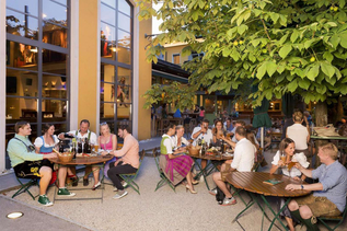 Beergarden in der Weissen during twilight | © Die Weisse