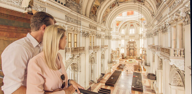 Couple in Salzburg cathedral inner view | © SalzburgerLand Tourismus