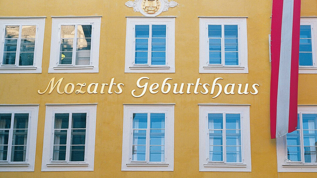 View of Mozart birthplace from the Getreidegasse | © Tourismus Salzburg