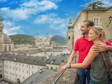 Couple on the Mönchsberg overlooking the City of Churches Salzburg | © Salzburger Land Tourismus